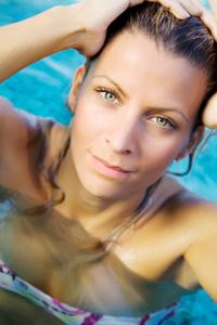 Cerchi uno stile informale per l estate  I capelli effetto bagnato sono un  must 5cd1218693c0