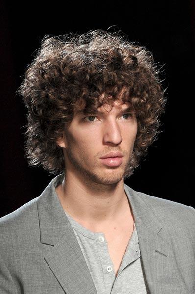 Come portare i capelli di media lunghezza uomo
