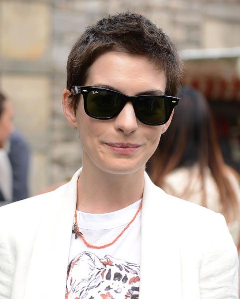 Anne Hathaway Il Pixie Cut Dell Estate Personaggi Famosi Gossip