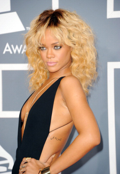 Rihanna  nuovo video e nuovo hairlook - Personaggi famosi  gossip e ... 43d43494cb76