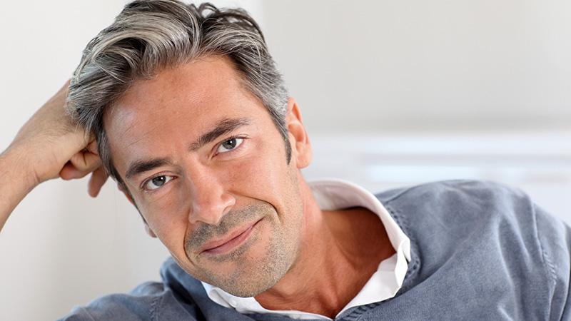 Capelli grigi da uomo – Tagli di capelli popolari 2019 a140f5cb3d39